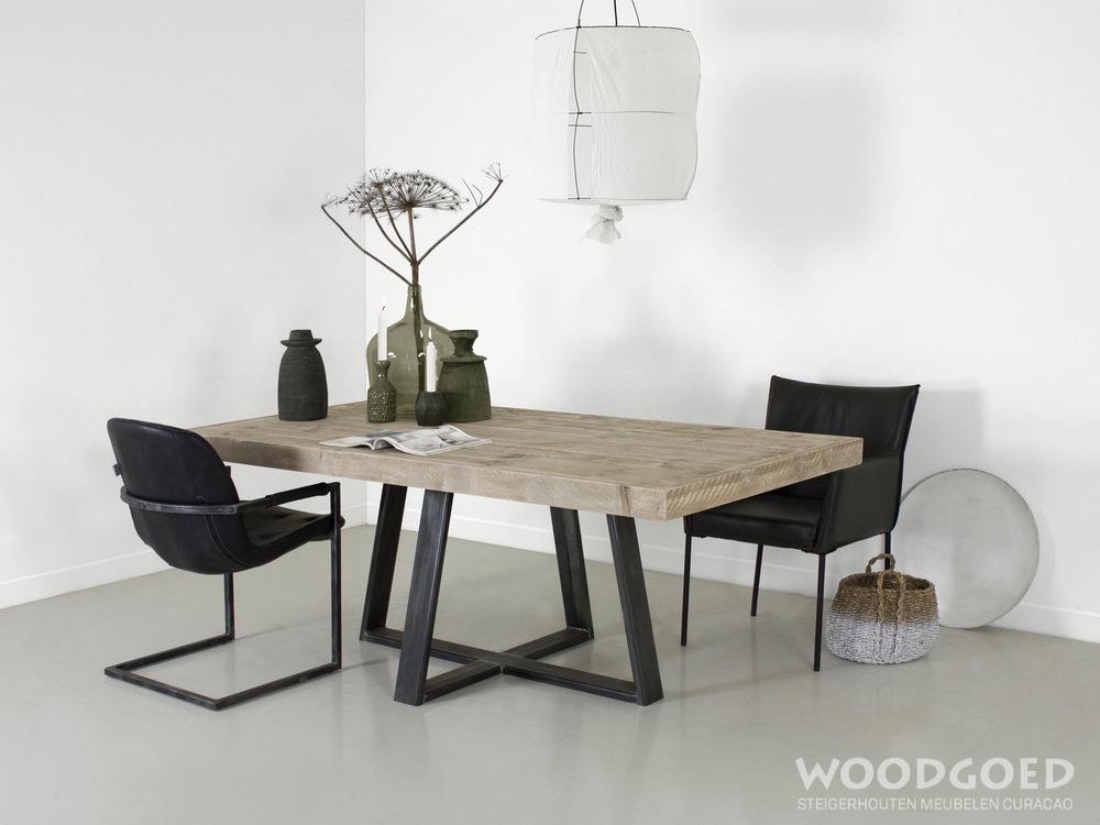 Stalen Design Tafel.Industriele Tafel Montserrat Met Stalen Onderstel Woodgoed Com