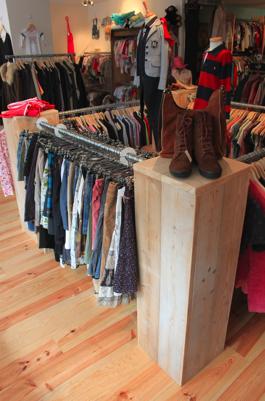 kledingrek van steigerhout met metaal curacao
